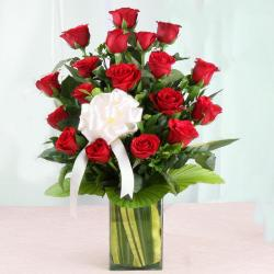 Vase Arrangement of Lovely Red Roses for Hospet